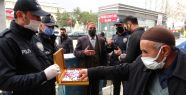 Van polisinden vatandaşlara çikolata ikramı...