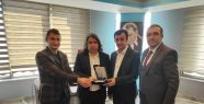 Vanlı Gazeteci Adnan Deniz'e plaket