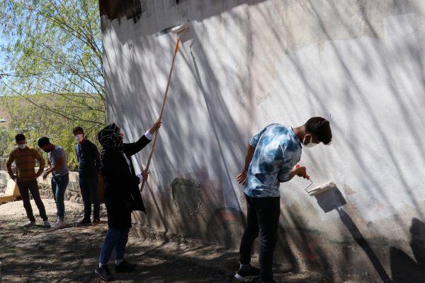 Van'da öğretmen ve öğrenciler evi yanan vatandaşın yardımına koştu